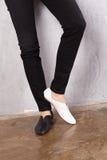 一个女孩的腿鞋子的 免版税图库摄影