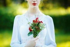 一个女孩的艺术画象白色葡萄酒礼服的 免版税库存照片