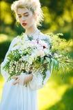 一个女孩的艺术画象白色葡萄酒礼服的 库存照片