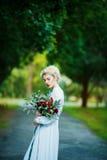 一个女孩的艺术画象白色葡萄酒礼服的 图库摄影