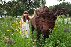 一个女孩的街道画象用北美野牛 免版税库存图片