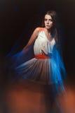 一个女孩的被弄脏的颜色艺术画象黑暗的背景的 塑造有美好的构成和一件轻的夏天礼服的妇女 肉欲 免版税图库摄影