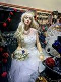 一个女孩的钝汉一套婚礼礼服的在商店窗口里 图库摄影