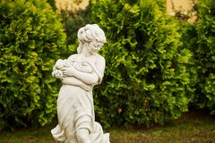 一个女孩的雕塑在一个公园 免版税库存图片