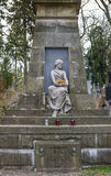 一个女孩的雕塑在公墓 免版税库存图片