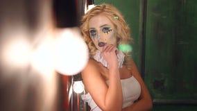 一个女孩的鬼魂一个老豪宅的,在前景的明亮的光 r 股票视频