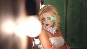 一个女孩的鬼魂一个老豪宅的,在前景的明亮的光 r 股票录像