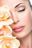 一个女孩的轻松的美丽的面孔有清楚的皮肤和桃红色的 免版税库存图片