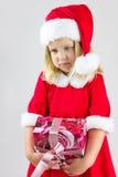 一个女孩的画象一个红色新年盖帽的 免版税库存图片