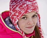 一个女孩的画象一个被编织的帽子的 看直接入透镜 免版税图库摄影