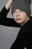 一个女孩的画象一个被编织的帽子的 免版税图库摄影