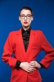 一个女孩的画象一件夹克的有红色唇膏的 免版税库存照片
