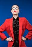 一个女孩的画象一件夹克的有红色唇膏的 免版税库存图片