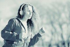一个女孩的画象冷的口气的 免版税库存照片