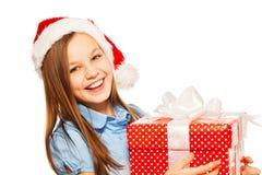 一个女孩的画象圣诞老人帽子的有礼物的 免版税图库摄影