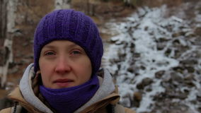 一个女孩的画象在一条山小河附近的在冬天森林特写镜头 影视素材
