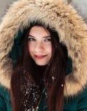 一个女孩的画象在冬天公园 免版税库存图片