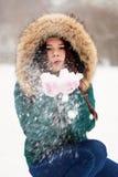 一个女孩的画象在冬天公园 图库摄影