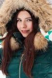一个女孩的画象在冬天公园 免版税库存照片
