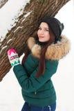 一个女孩的画象在冬天公园 库存照片