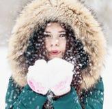 一个女孩的画象在冬天公园 免版税图库摄影