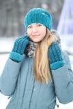 一个女孩的画象在冬天 免版税库存照片