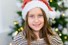 一个女孩的画象在圣诞树附近的 图库摄影