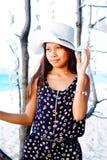 一个女孩的画象在垂悬中的轰击在海滩的装饰 免版税库存照片
