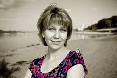 一个女孩的画象在河伏尔加河的河岸的夏天 库存图片