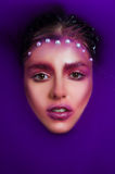 一个女孩的画象在紫色水中 库存照片