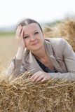 一个女孩的画象堆的麦子 库存图片