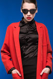 一个女孩的画象太阳镜和红色唇膏的在嘴唇 图库摄影