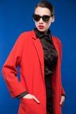 一个女孩的画象太阳镜和红色唇膏的在嘴唇 库存图片