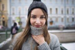 一个女孩的画象帽子和一件温暖的夹克的 库存照片