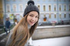 一个女孩的画象帽子和一件温暖的夹克的 免版税库存照片