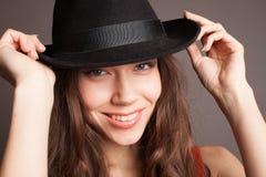 一个女孩的画象帽子嘴唇的注视 免版税库存照片