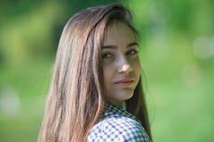 一个女孩的画象有一个被转动的头的 免版税库存照片