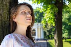 一个女孩的画象有一个镇静表示的在他的面孔 免版税库存图片