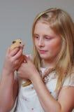 一个女孩的画象有一只仓鼠的在手上 免版税库存照片