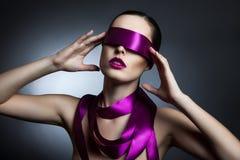 一个女孩的画象有一条丝带的在她的眼睛 库存图片