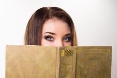 一个女孩的画象有书的 免版税图库摄影