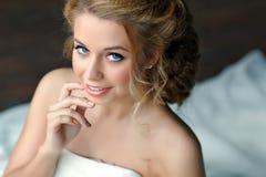 一个女孩的画象有厚实的金发和蓝眼睛的在丝毫 免版税库存图片