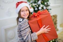 一个女孩的画象有圣诞节礼物的 免版税库存照片