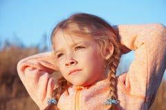 一个女孩的画象有户外猪尾特写镜头的 免版税库存照片