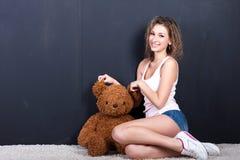 一个女孩的画象有玩具熊的 免版税库存照片