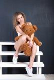 一个女孩的画象有玩具熊的 免版税库存图片