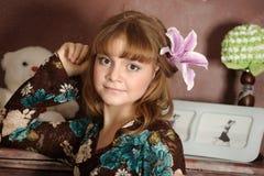 一个女孩的画象有百合的 免版税图库摄影