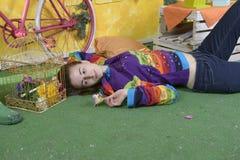 一个女孩的画象有老自行车的 免版税库存照片