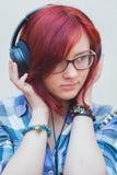 一个女孩的画象有耳机的 库存照片