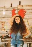 一个女孩的画象有长期的,卷曲,自然头发 红色公鸡 免版税库存照片